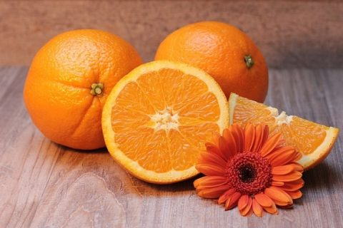 柑橘系のにおいを嗅ぐとオレンジ色を記憶しづらくなる? – 嗅覚と視覚の不思議な関係
